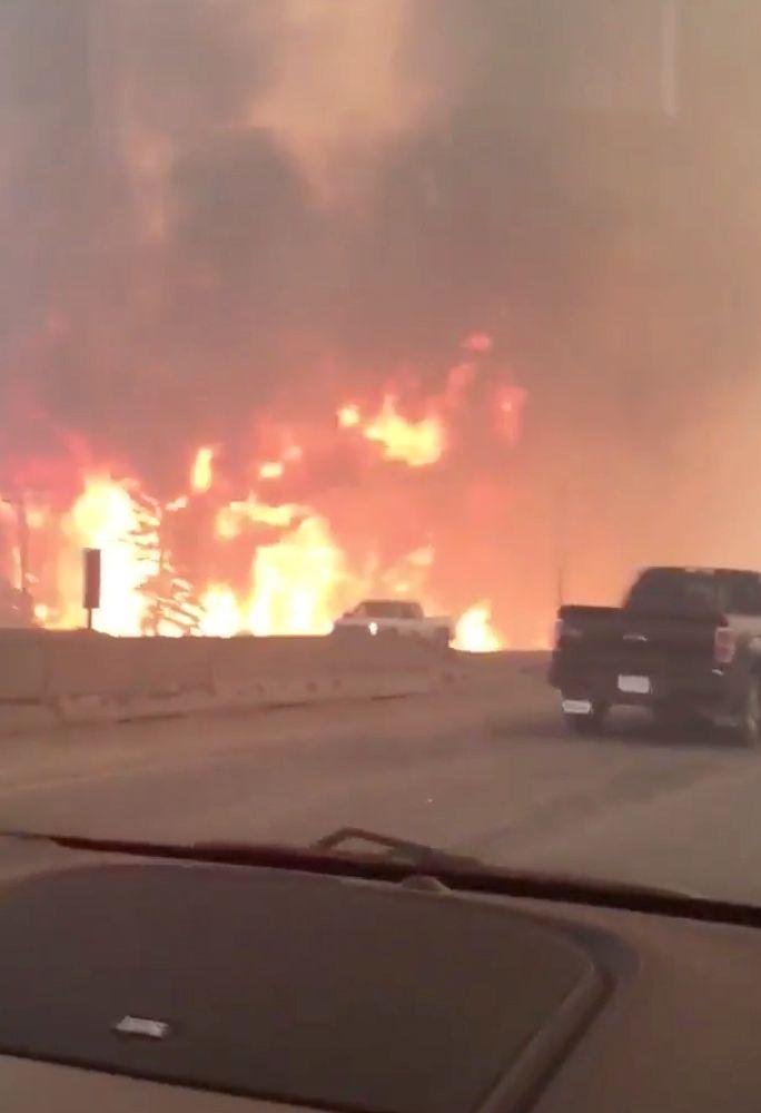 VEIEN UT: Dette bildet viser flammene langs Highway 63 - den eneste veien sørover ut av Fort McMurray i Alberta i Canada.