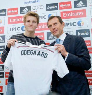 PRESENTASJONEN: Real Madrid måtte ta i bruk Ø´en da Martin Ødegaards navn skulle prege drakten. Her er han sammen med klubbdirektør Emilio Butragueño 22. januar i fjor.