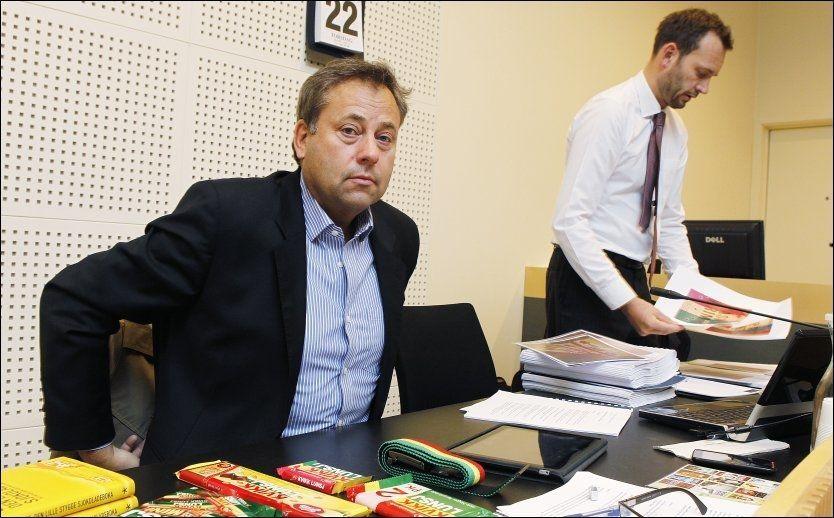 AVVISER: Bokforlegger Arve Juritzen, her sammen med sin advokat Espen Haugan i lagsmannsretten, avviser at han snylter på det gode renomeet til Kvikk Lunsj ved å bruke sjokoladens velkjente fargestriper på omslaget til sine påskekrimbøker.