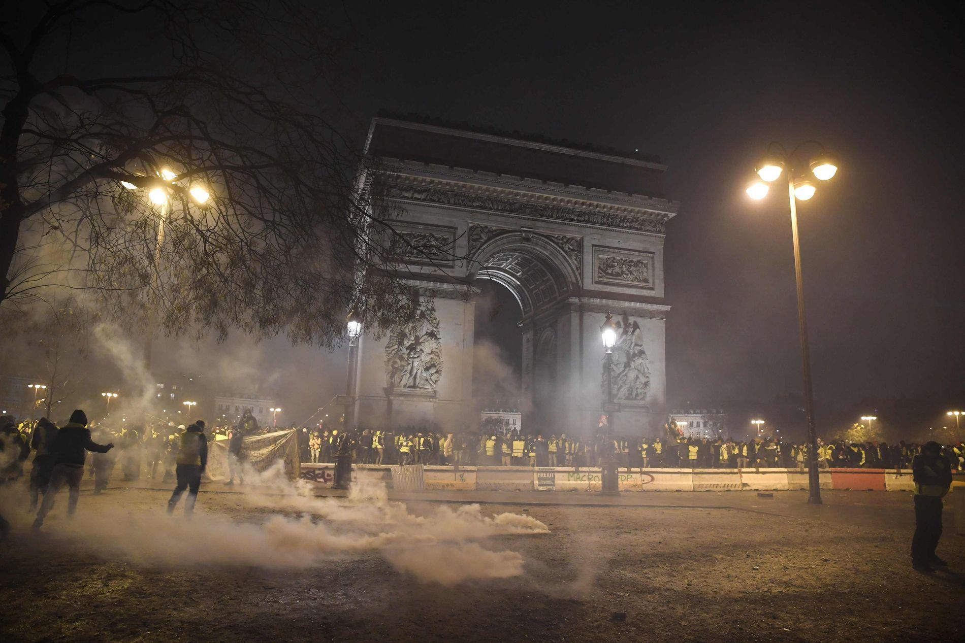 PROTESTERER: Demonstrantene samlet seg ved Triumfbuen lørdag for å protestere mot president Macron sin politikk.