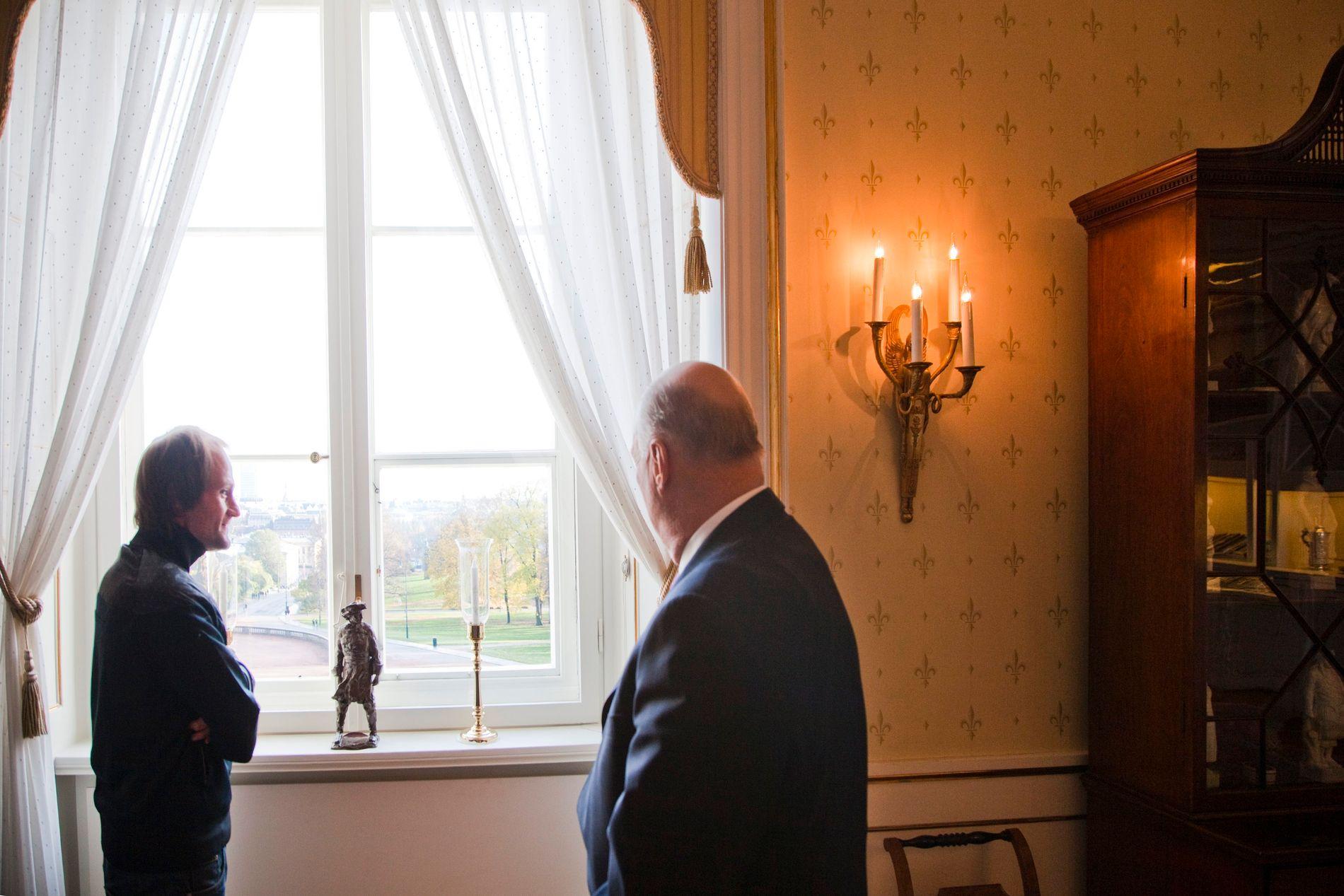 PÅ SLOTTET: Christer Modin intervjuet kong Harald på slottet for =Oslo.