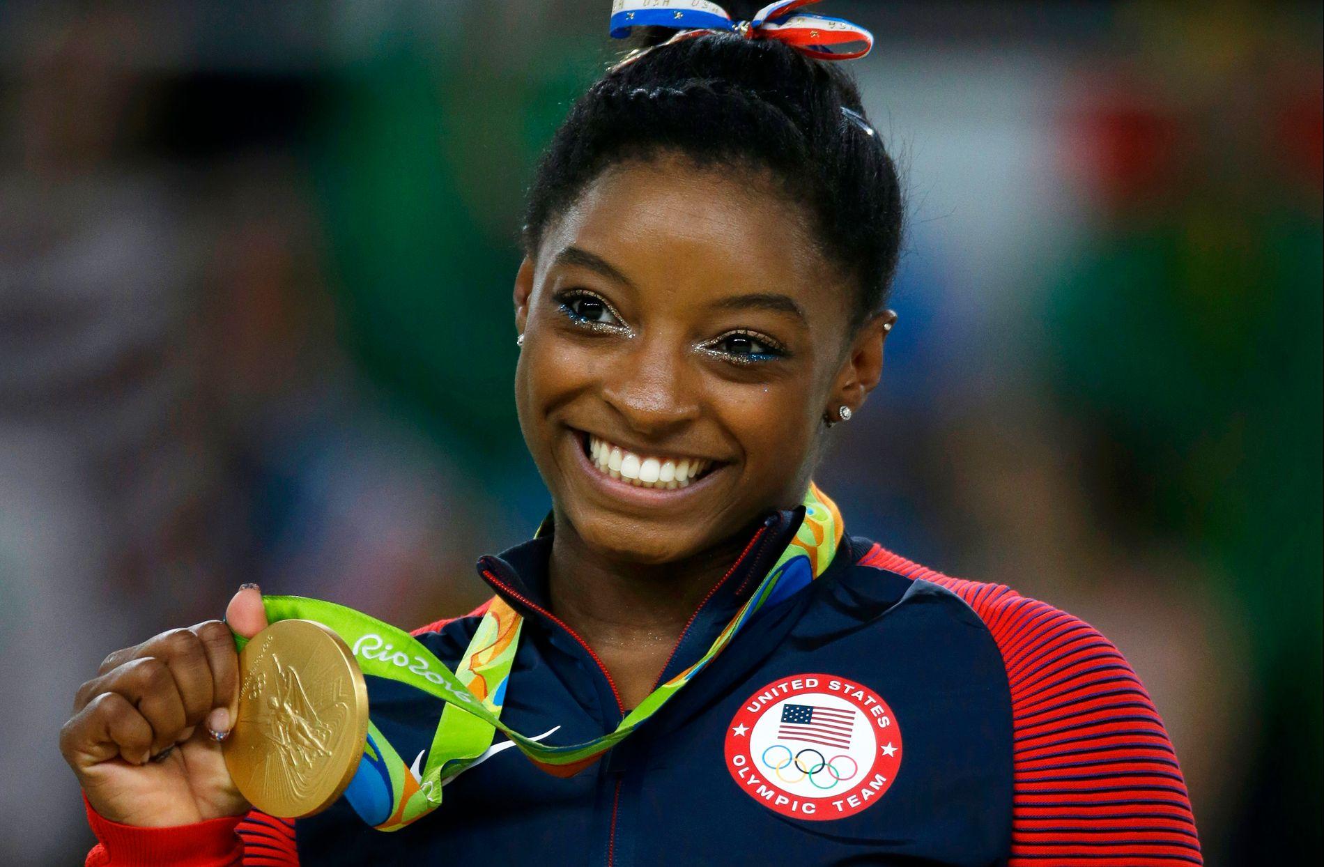 MEDALJEGROSSIST: Simone Biles jubler her over OL-gull. Hun tok fire gull i Rio.