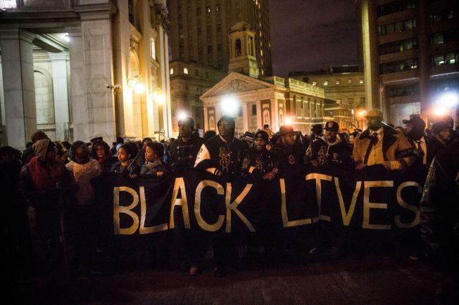 STÅR SAMMEN: Over hele USA benyttes slagordet «black lives matters», som kan oversettes til «svartes liv betyr noe». Her fra New York utenfor politets hovedkvarter.