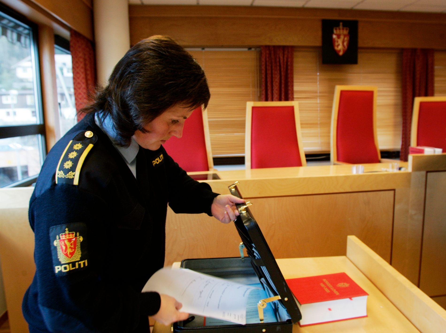 DØMT FOR FAMILIEVOLD: Politiadvokat Sissel Kleiven i Vest politidistrikt bekrefter at politiet har lagt bort hallik-siktelsen mot en vestlandsbonde. Mannen ble dømt til tre års fengsel for vold og mishandling av kona. Bildet er tatt under et fengslingsmøte i 2004.