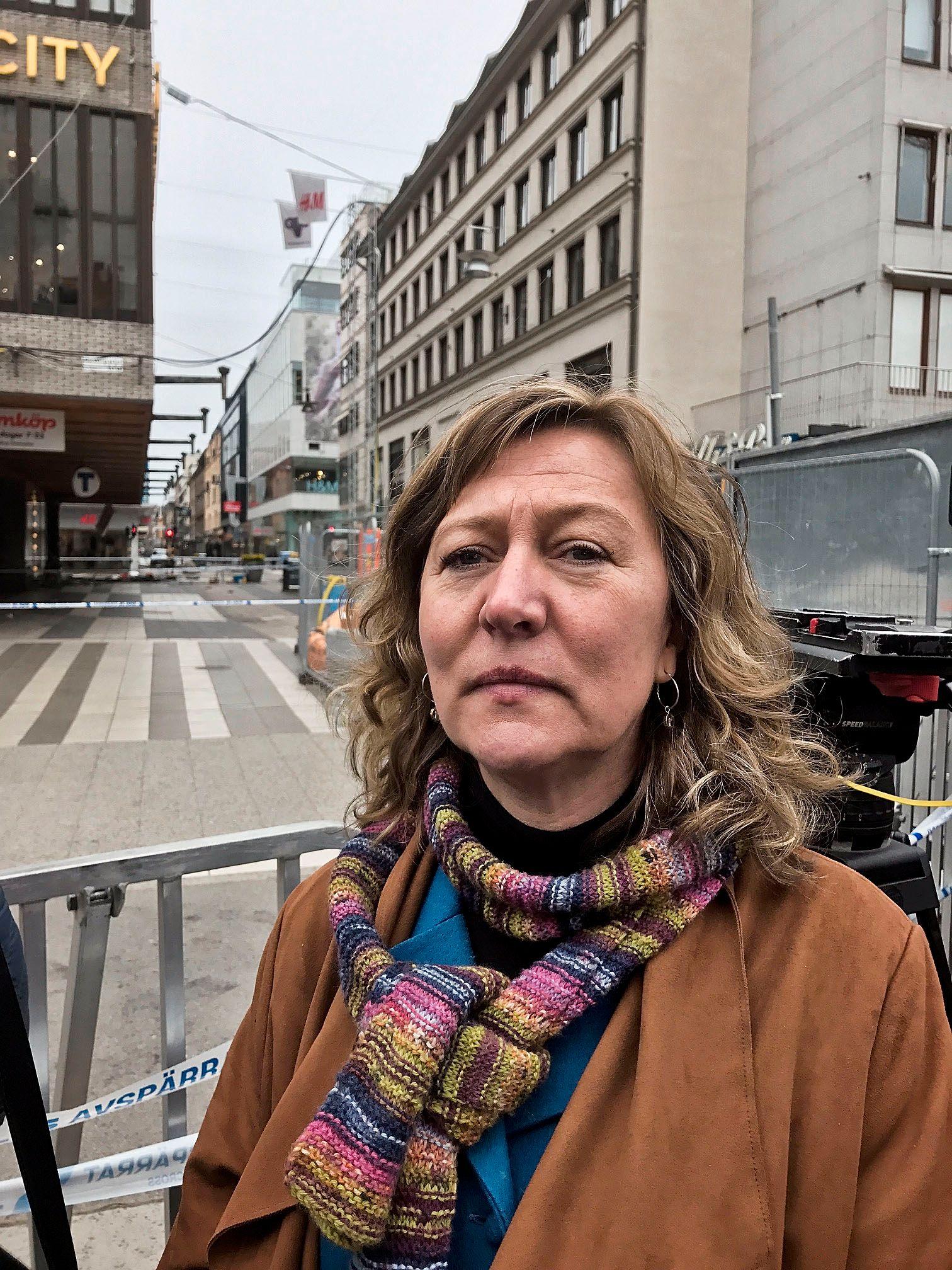 VITNE: Eva-Lotta Sandberg fra Fredrikstad sto og tente seg en sigarett i Drottninggatan da lastebilen kom rasende. stedet hvor hun sto kan ses bak henne i bildet. Foto: MARIA MIKKELSEN