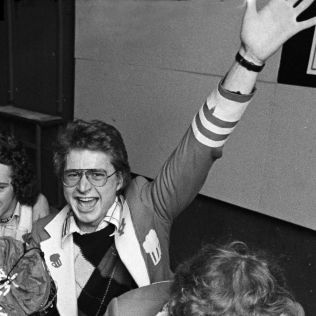 SJIKKELAKKE: I 1975 var Fabian Stang visepresident i Hovedstyret for Oslo-russen. Nå håper han årets russegutter lytter til hans råd om hvordan de bør oppføre seg. Foto: ROLF M. AAGAARD/AFTENPOSTEN