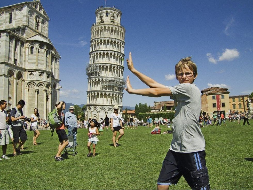 ac1a67f0 UNG TURIST: Tenåringer elsker å oppleve nye ting - og nye deler av verden.  Her er Bernt von Münchow ved det skjeve tårnet i Pisa. Foto: Alle foto:  OTTO VON ...