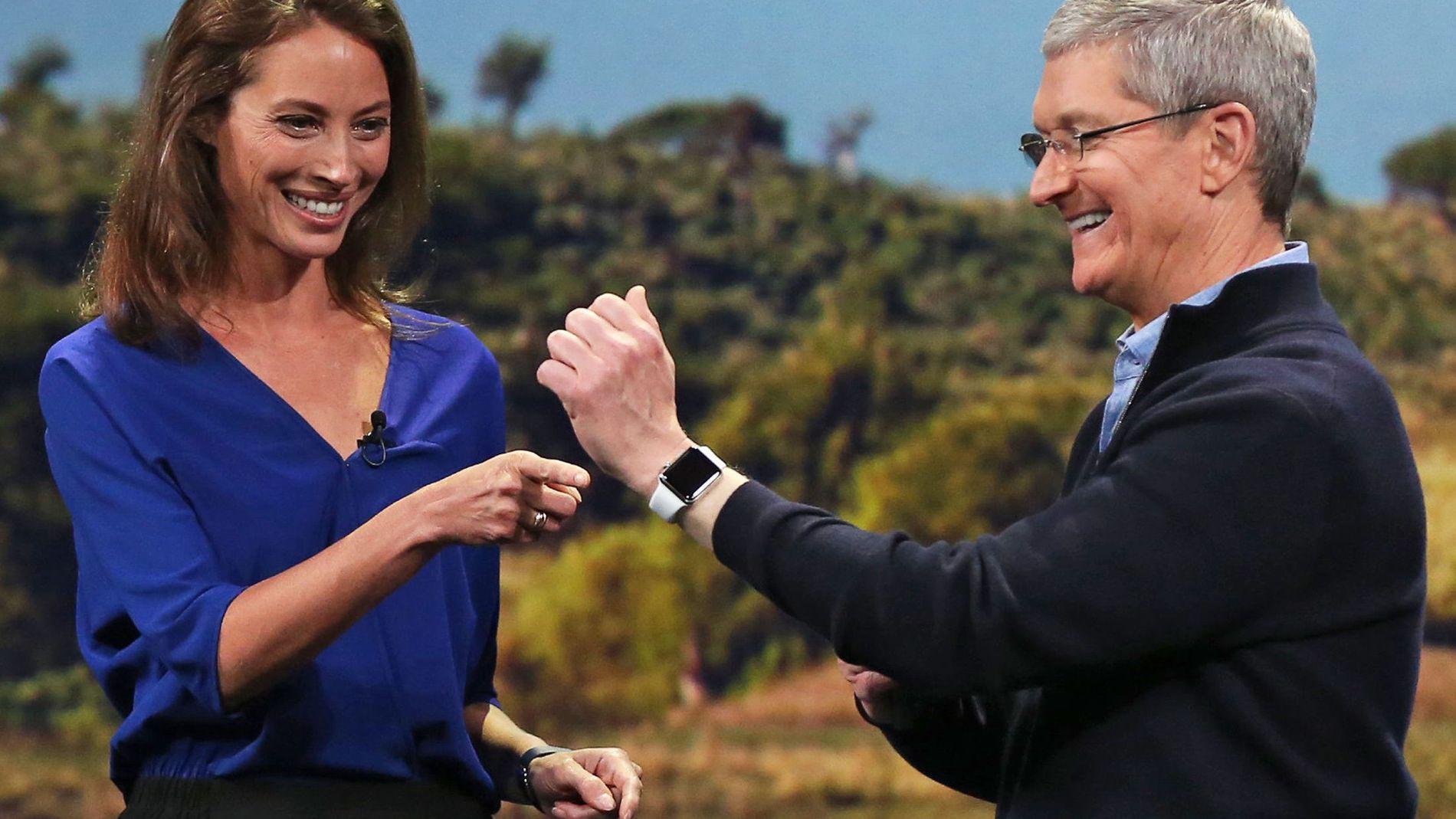 TIKK, TAKK: Apple-sjef Tim Cook får hjelp av modellen Christy Turlington Burns til å ta på en Apple Watch. Suksess for den blir avgjørende for både selskapet og toppsjefen.