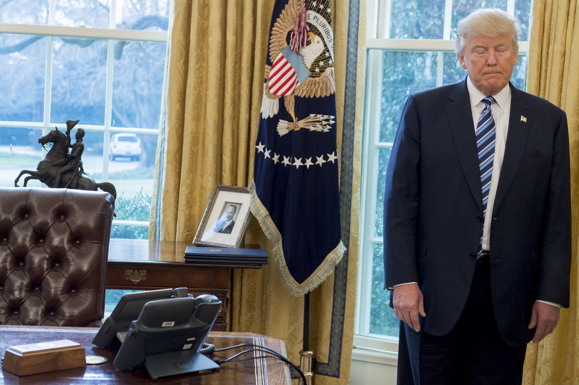 TØFFE UKER: Bare uker etter at Donald Trump inntok Det ovale kontor, mener spillselskapene det er store sjanser for at han ikke blir sittende ut perioden. Foto: AFP
