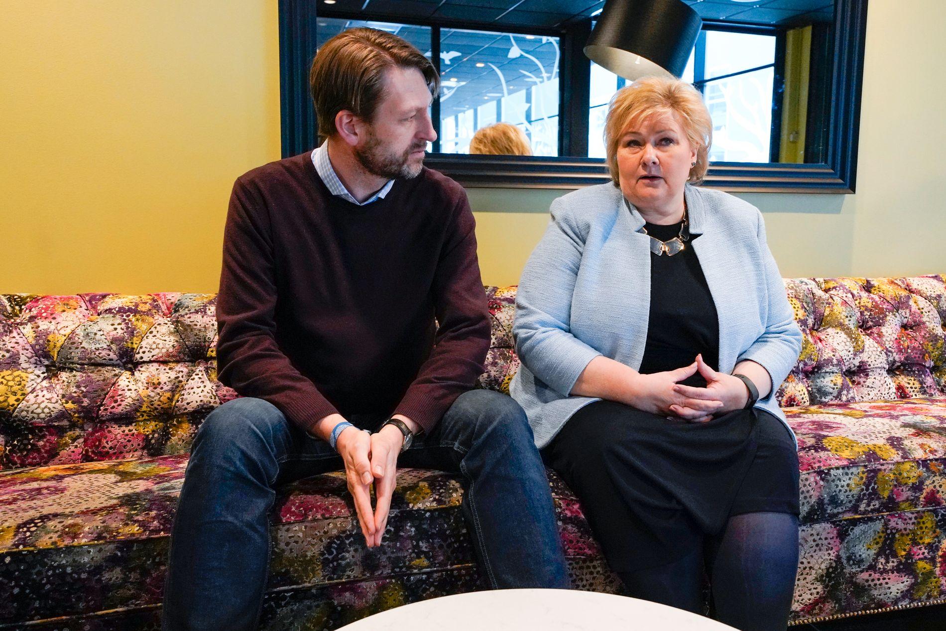 SOFA-KAMERATER: Erna Solberg og Eirik Lae Solberg er enige om strategien for å vinne Oslo til høsten.