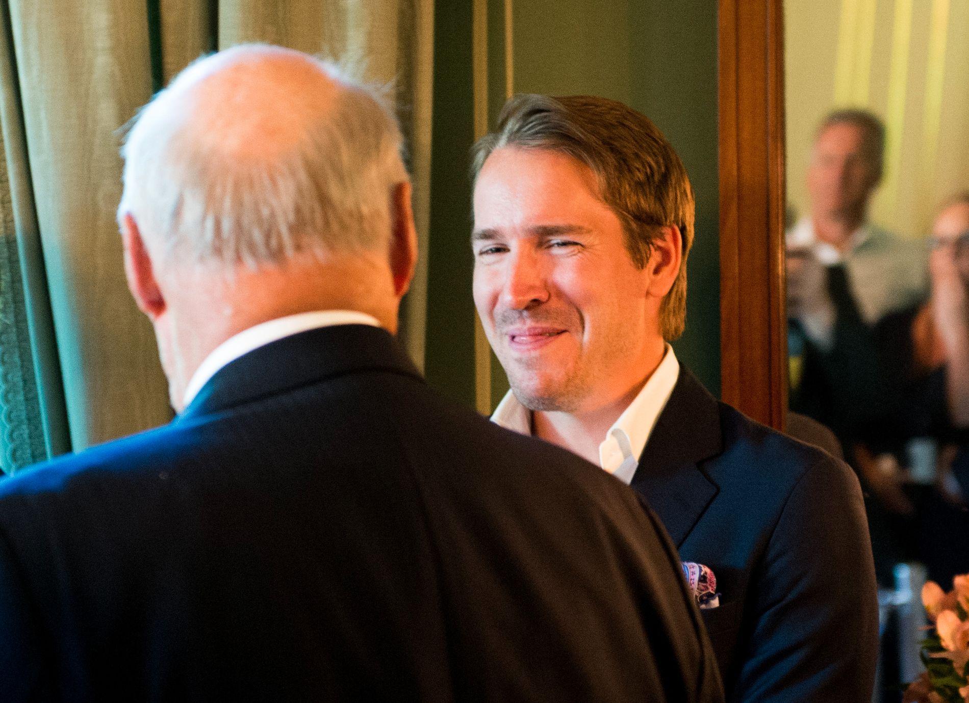 SPØKTE OG LO: Det ble et muntert møte mellom kong Harald og eks-skiskytter Emil Hegle Svendsen.