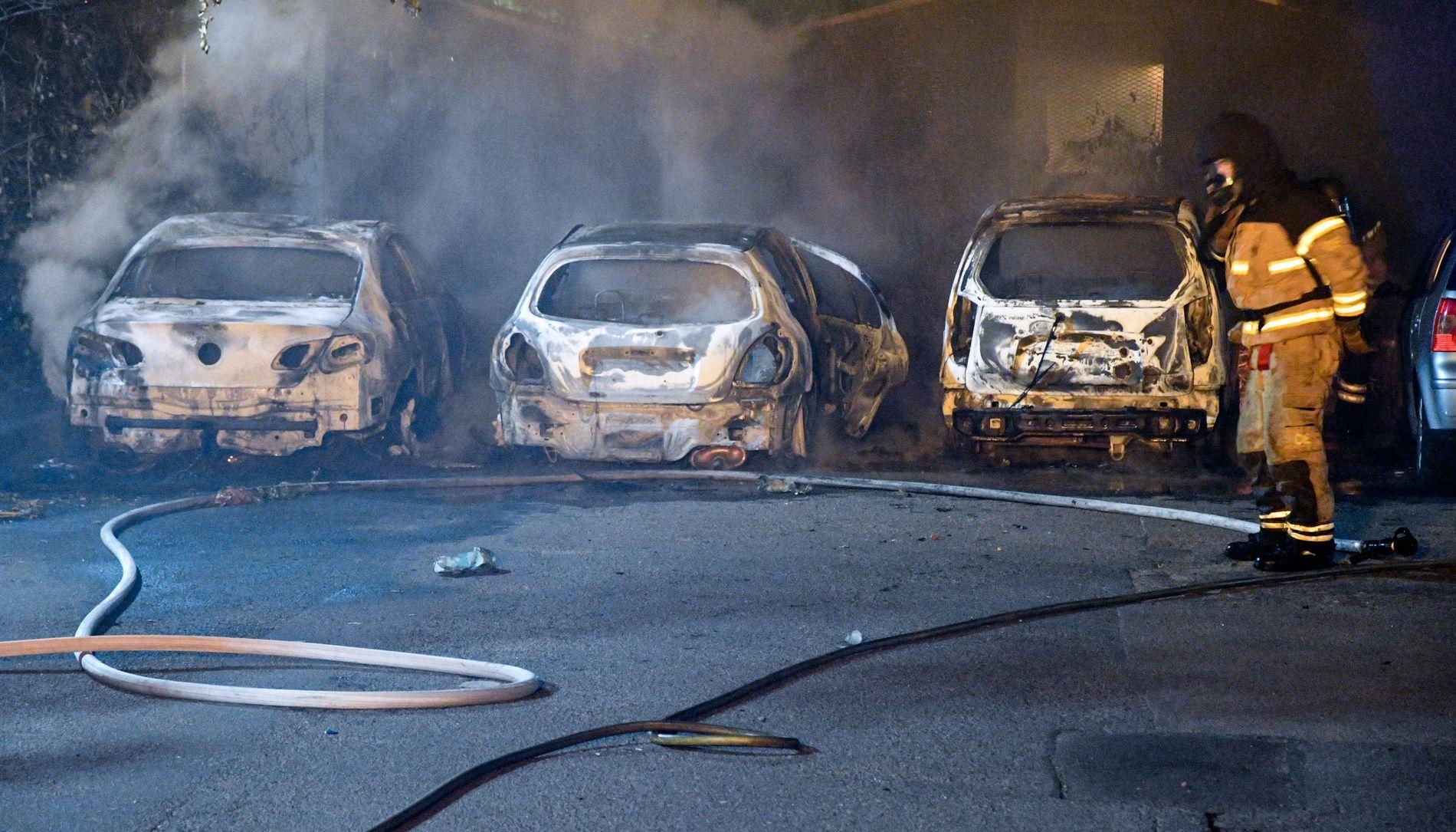 UTBRENT: Det har vært over 100 bilbranner i Sverige i Sommer. Her står tre utbrente biler i Malmö etter å blitt påtent natt til tirsdag.
