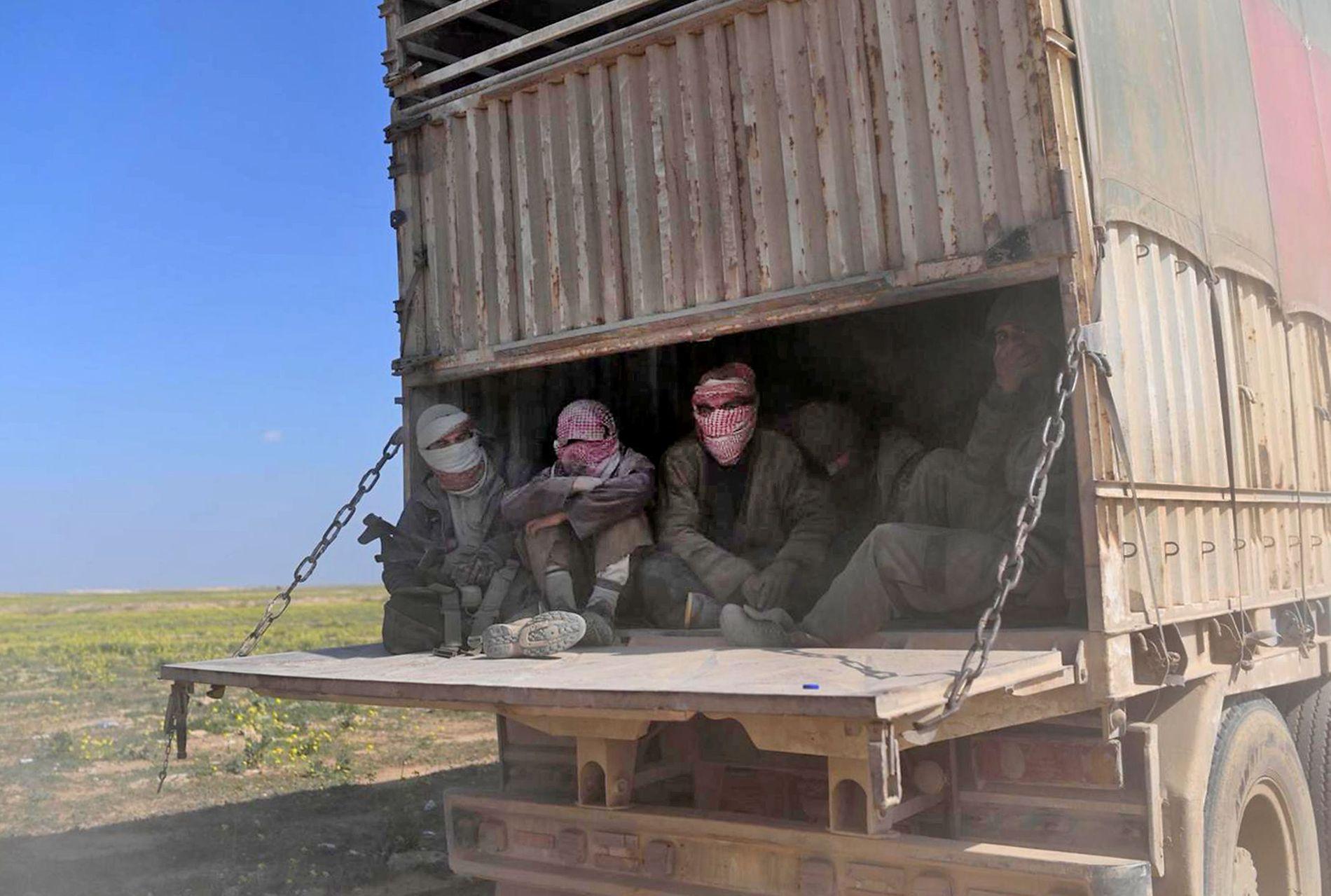 UNNSLIPPER DØDEN: IS-krigerne varslet at de ville kjempe til døden, men mange har overgitt seg og sneket seg inn i konvoiene som skulle vært for sivile.