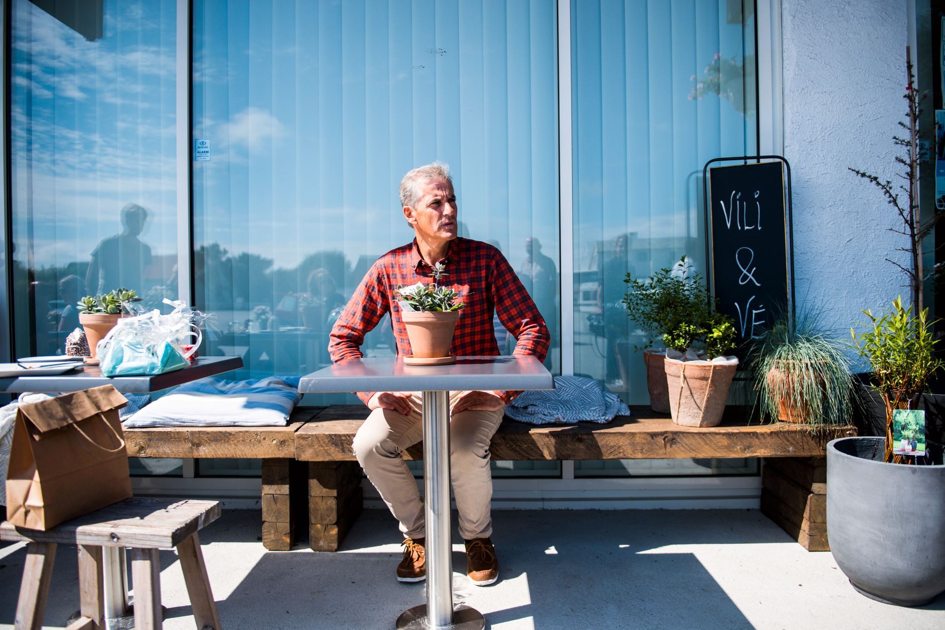 PLASS RUNDT BORDET: Jonas Gahr Støre, her fotografert på en benk utenfor restauranten Vili & Vé i Åkrehamn tirsdag denne uken.