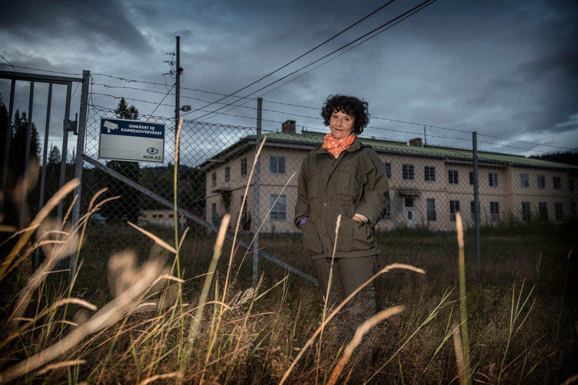 SKUMMELT: Hit, innerst i Maridalen i utkanten av Oslo og i en nedlagt militærleir, har Unni Lindell lagt mye av handlingen til årets krimbok «Dronen» fra hennes nok. - Her er det skummelt nok, sier hun.