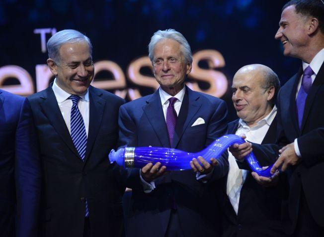 STOLT: Michael Douglas (i midten) mottar Genesis-prisen fra Israels statsminister Benjamin Netanyahu (t.v.) i Jerusalem 18. juni.