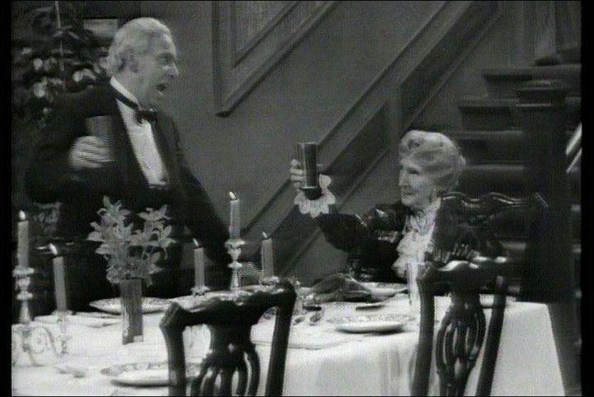 FORTSATT POPULÆRE: -Schkål, Miss Sophie! Freddie Frinton og May Warden i sketsjen som bare erobrer flere og flere tv-seere over hele verden. Foto: NRK