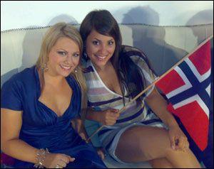 MED NORSKE FLAGG: Maria og Mira i green room under semifinalen. Dette bildet sendte de til VG under showet. Foto: Privat