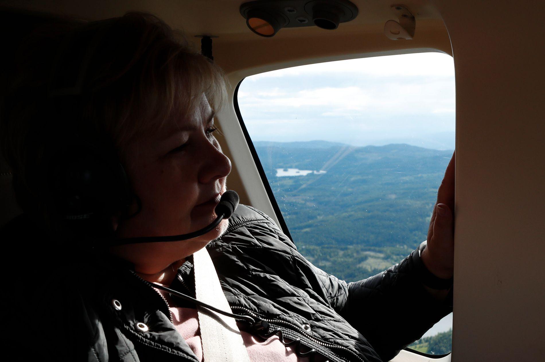 NÅLEN I HØYSTAKKEN: Erna Solberg fløy helikopter rett fra regjeringskonferanse på Statsministerens kontor i Oslo og over Nordmarka til Åstjern. Her titter hun ut over marka, hvor ulven befinner seg et eller annet sted.