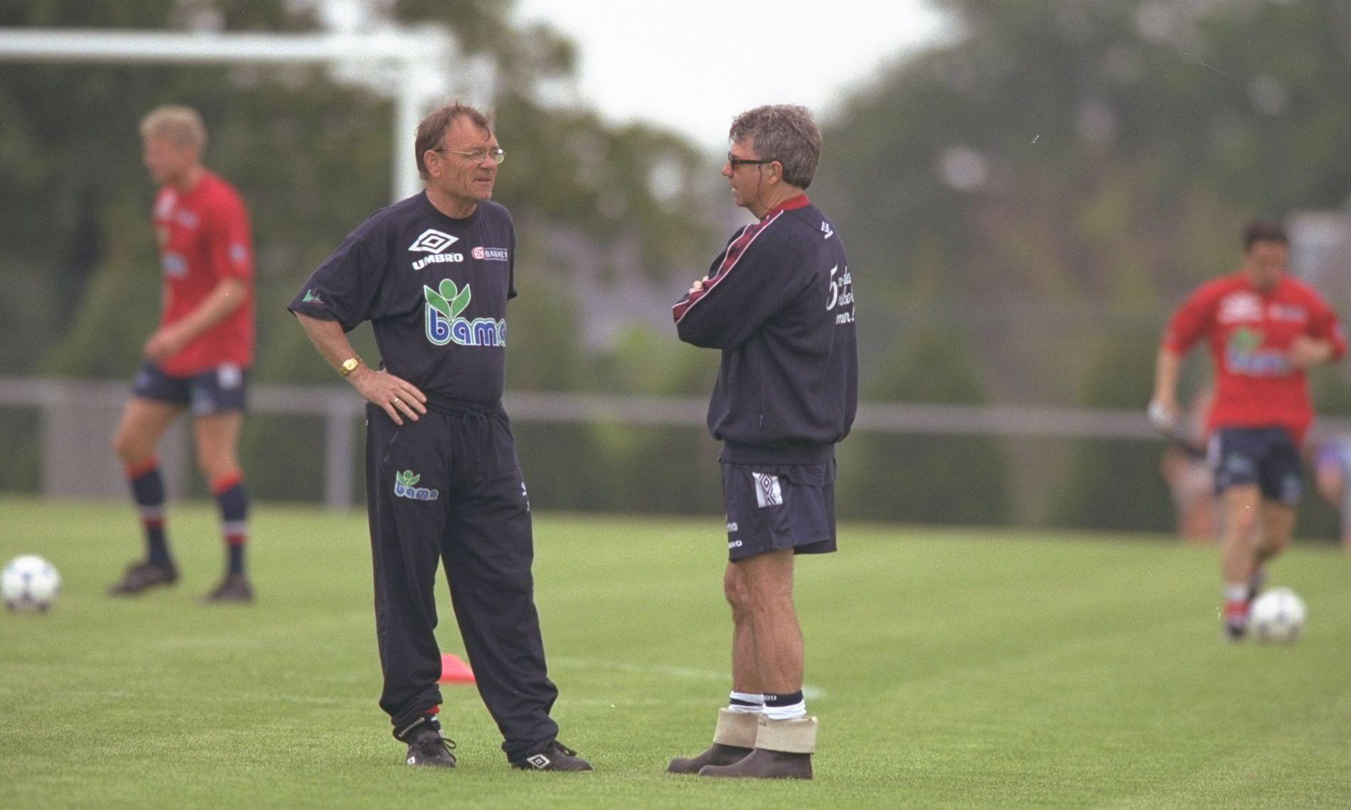 TETT SAMARBEID: Bjørn Hansen var Egil Olsens assistent under VM i 1998. I bakgrunnen Jostein Flo (til venstre) og Øyvind Leonhardsen.