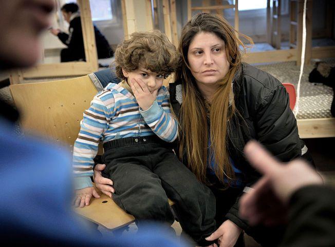 I HVERT SITT LAND: Ghada Abou Hamra (31) og sønnen Roy (3) snakker med Eyad, som sitter i St. Petersburg, på internett så ofte de kan.
