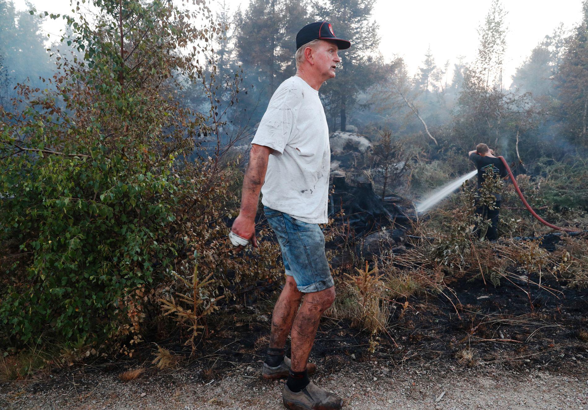 Brannmann Kåre Hørte var med på slukningsarbeidet torsdag kveld og fredag kveld. Det er hardt arbeid, forteller han. Agder hadde få og store branner, mens Telemark hadde mange små.