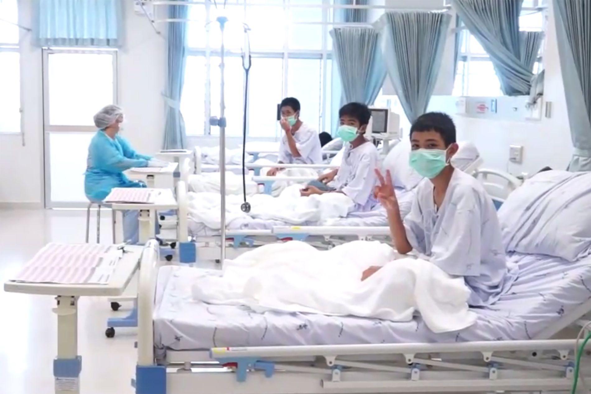 TRYGGE: De thailandske guttene ble tatt hånd om på sykehuset i Chiang Rai etter de ble reddet ut av grotten. Bildet ble tatt onsdag.