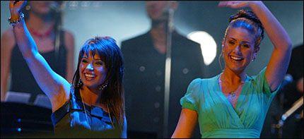 ROSTE HVERANDRE: Tone og Jorun roste hverandre opp i skyene etter Idol-innsatsen i Oslo Spektrum i kveld. Foto: PÅL R. HANSEN