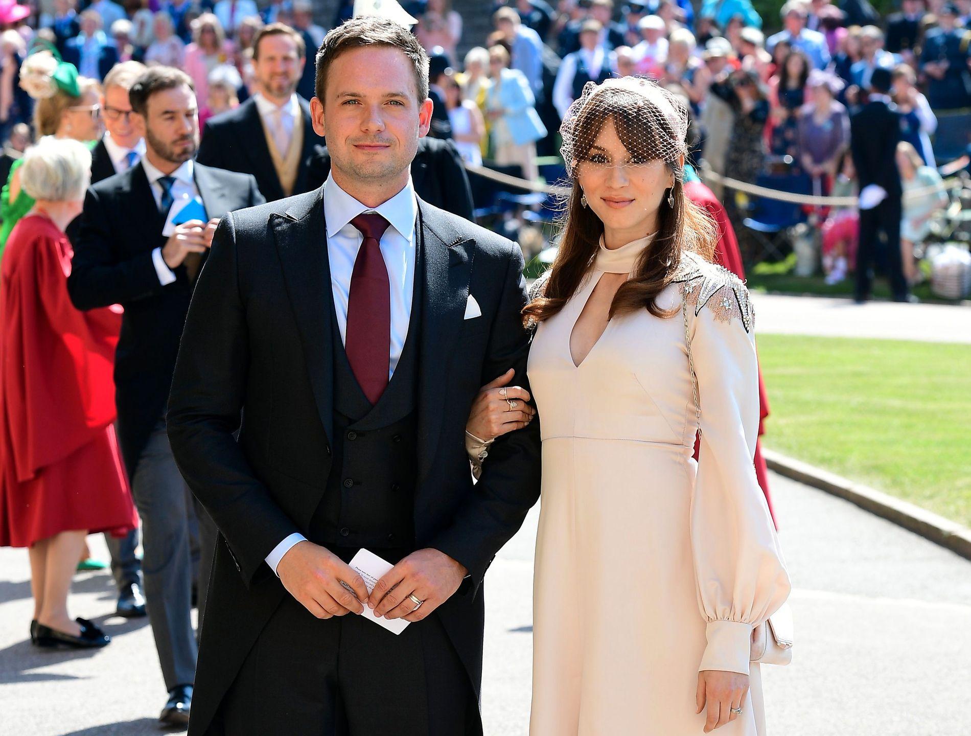 PRINSEBRYLLUP: Patrick J. Adams og Troian Bellisario var til stede da Meghan Markle giftet seg med prins Harry.