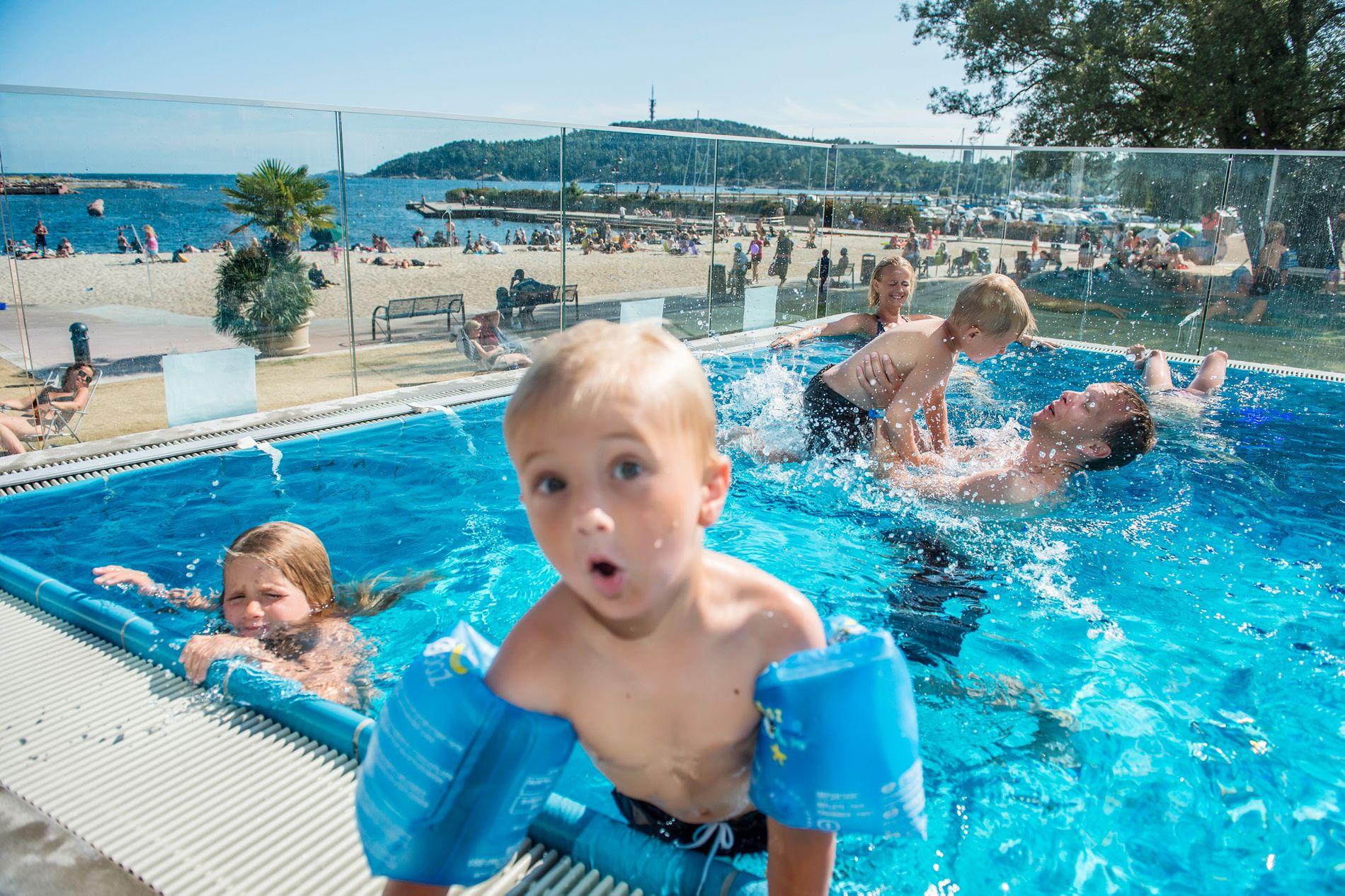 EN DUKKERT I FANTASTISKE OMGIVELSER: Glade barn og voksne storkoser seg i utendørsbassenget på Aquarama Bad.