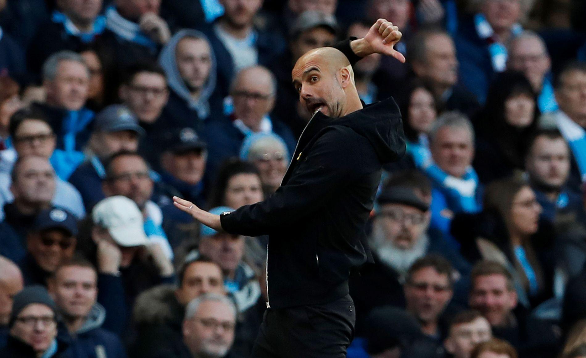PEP-SHOW: Pep Guardiola lever seg inn i kampene og styrer det meste fra sidelinjen. Spillerne får kontinuerlig instrukser, som her mot Arsenal. Foto: REUTERS