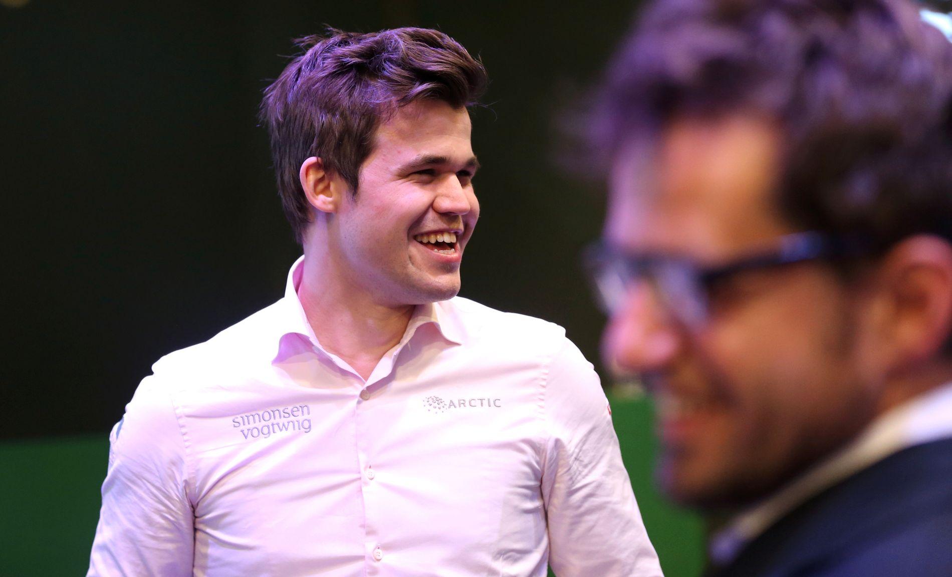 GODE BUSSER: Magnus Carlsen gliser, det samme gjør Levon Aronian (th.) under VM i lynsjakk. Nordmannen vil gjerne møte armeneren i VM i november.