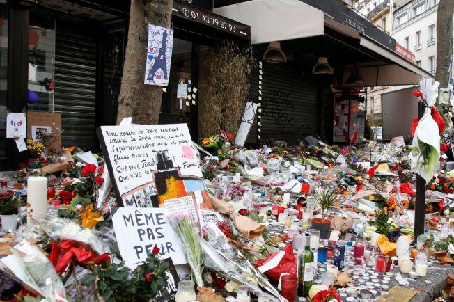 MINNES OFRENE: Fortauet utenfor La Belle Équipe er fullt av blomster, lys og plakater etter terrorangrepene i Paris.