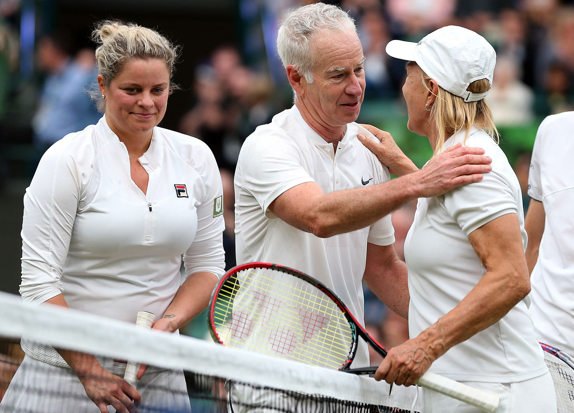 HOLDER KOKEN: Få har vunnet så mye som John McEnroe, nå er han i Paris som Eurosport-ekspert. Tidligere i mai spilte han en showkamp på lag med Kim Clijsters (t.v.) i London. Her takker han Martina Navratilova for kampen.
