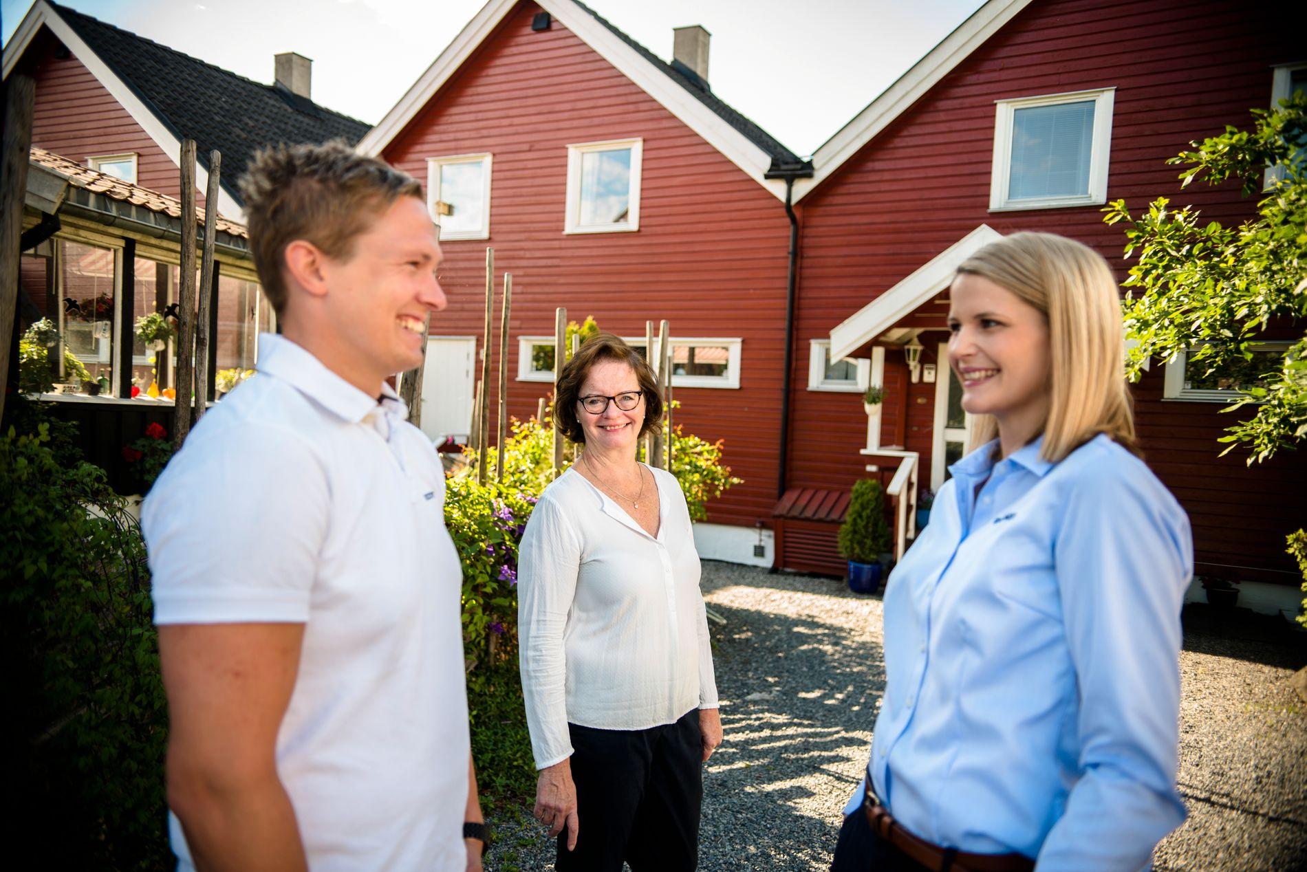 GODT ARBEIDSMILJØ: Avdelingsleder Fredrik Larsson og HR-rådgiver Kristine S. Gjelsvik (til høyre) i Recover lover gode arbeidsvilkår og en variert arbeidshverdag. Her er de med kunde Birgitta Balstad.