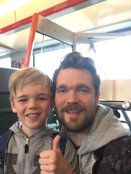 HURRA: Gutteturen til Falk (7) og Jan Tore Klause (34) til Leeds er reddet! Her er de på vei til Oslo for å slå i hjel noen timer før de har fått kveldsfly via Göteborg til England.Foto: Privat