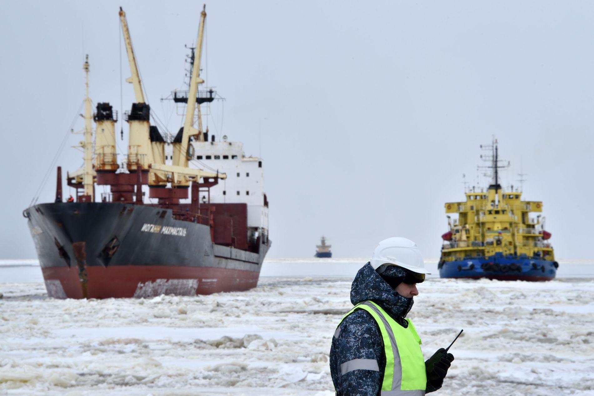 KINESISK KJEMPEPROSJEKT: En isbryter baner seg i vei utenfor det massive naturgassanlegget Yamal LNG i Sibir. Anlegget er Kinas største investering i Arktis så langt.