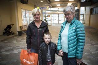 INGEN VEI UTENOM: Øksnes-familien Siv Hansen, Guri Christiansen og Rainer Trondsen på Sortland kjøpesenter.