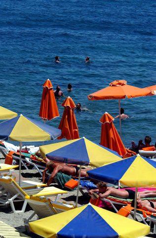 FERIELIV: Kontrasten er stor fra det livet turistene lever på Kos. De norske turistene på stranda merker lite til de sosiale problemene.