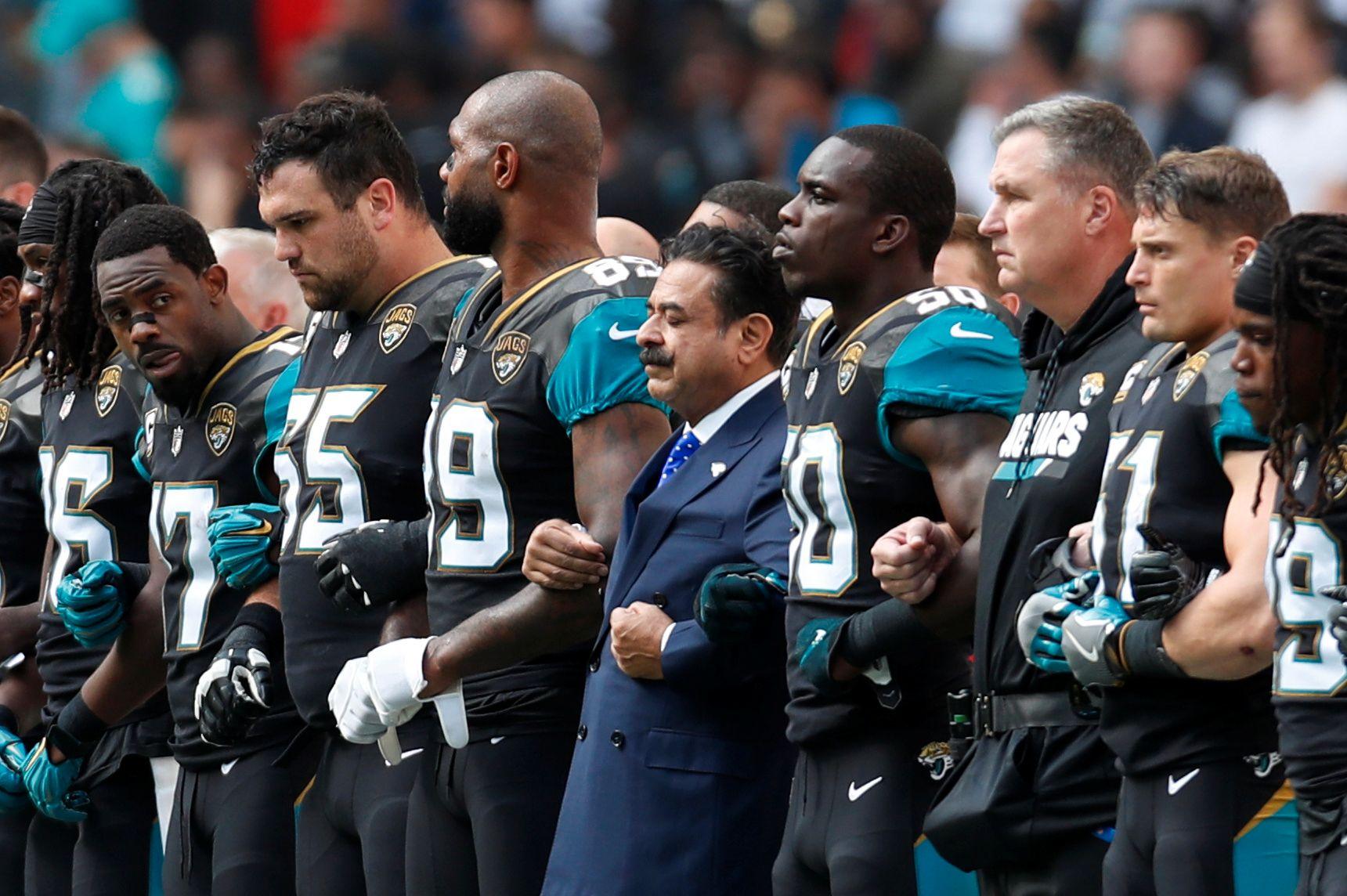 HÅND I HÅND: Spillere som ikke knelte, sto hånd i hånd med trenere, ansatte og Jacksonville Jaguars-eier Shahid Khan på Wembley søndag.