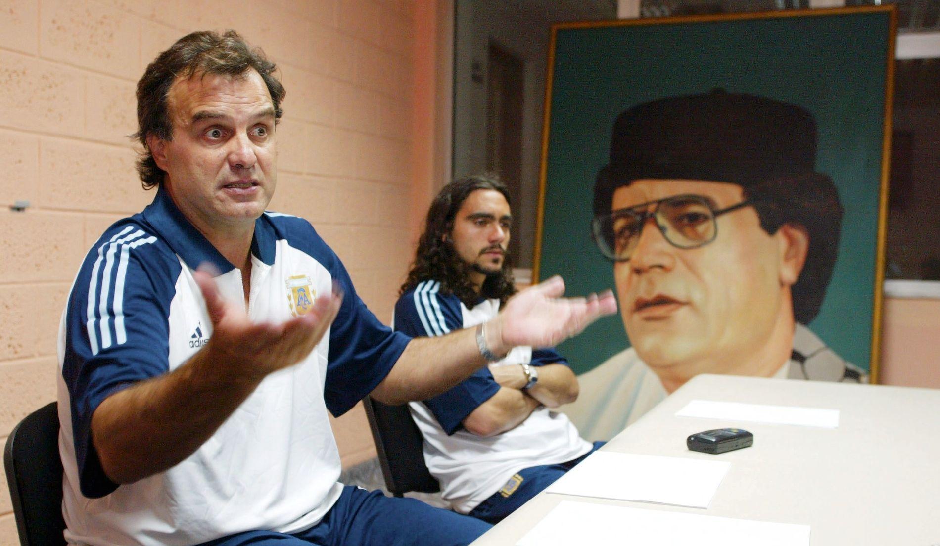 ARGENTINA-SJEF: Marcelo Bielsa var argentinsk landslagstrener fra 1998 til 2004. Her på en preseskonferanse i Libya, med et bilde av Muammar al-Gaddafi i bakgrunnen.