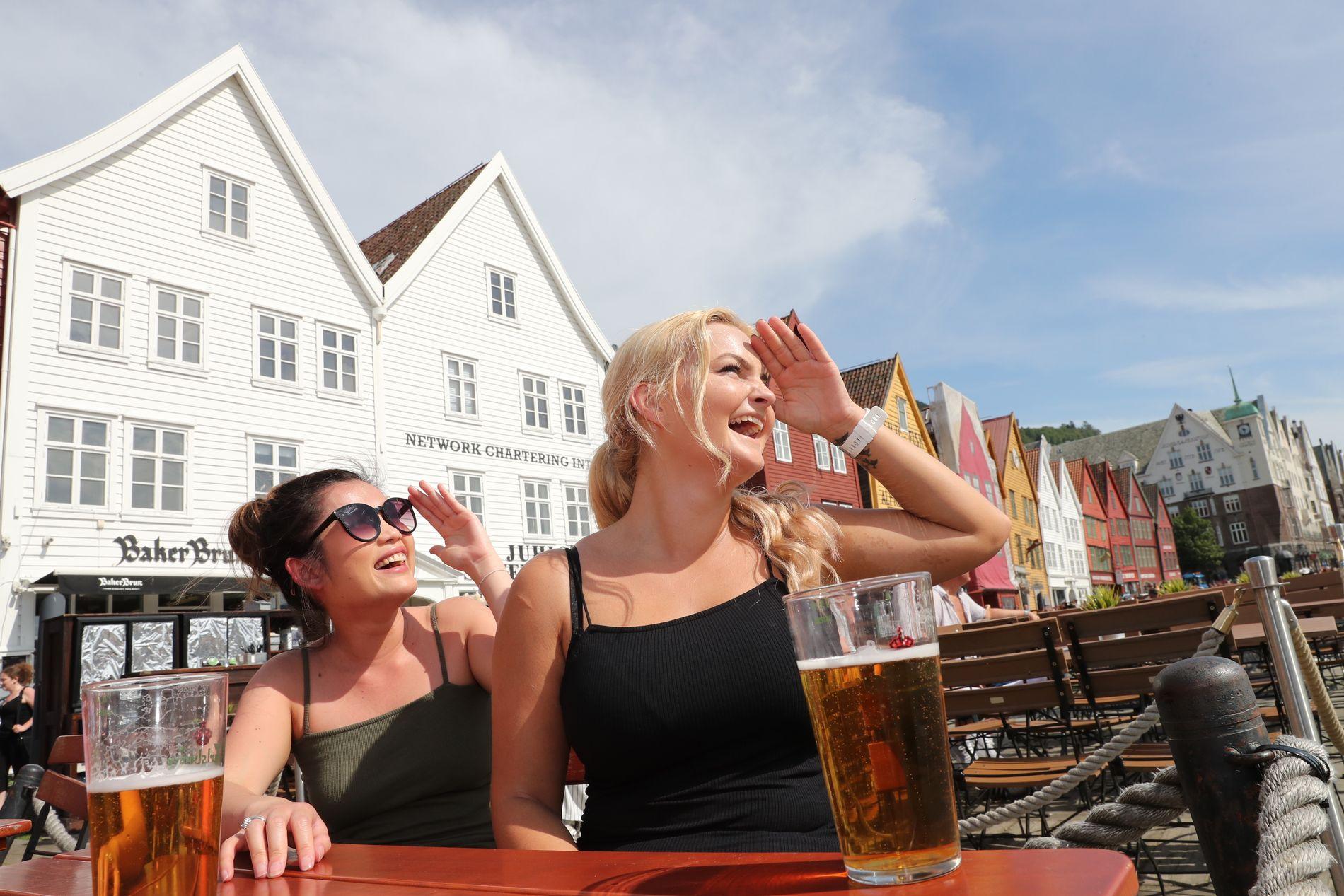 REKORDVARME: Sist fredag satte Bergen ny varmerekord med 32,9 grader i sentrum. Phonnipha Støverstein (tv.) og Borghild Grindheim (22) nøt været på Bryggen.