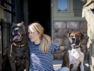 HUNDEMAMMA: Kristine sammen med Drago (til venstre) og Ducky (til høyre) utenfor hjemmet sitt i Denver.
