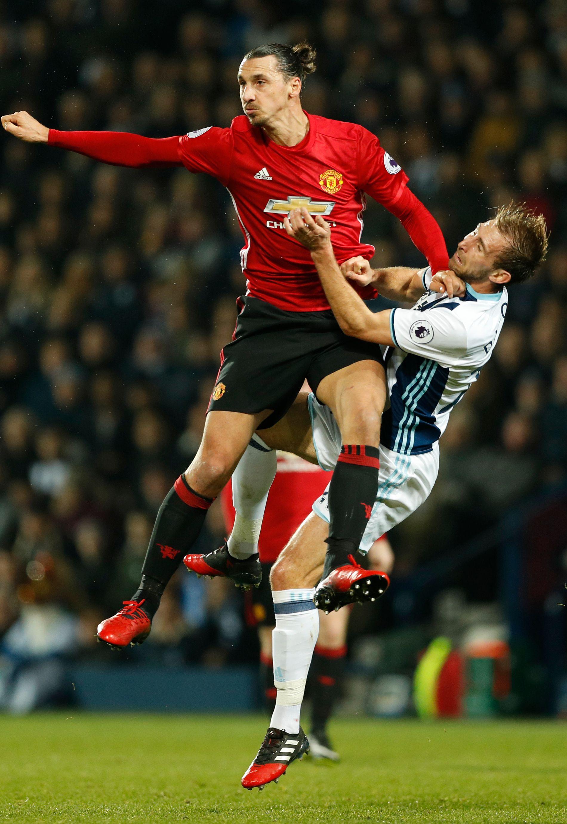 GULT KORT: Zlatan Ibrahimovic forsto at han var litt sent ute, men fullførte likevel «nærkampen» mot hjemmelagets Craig Dawson.