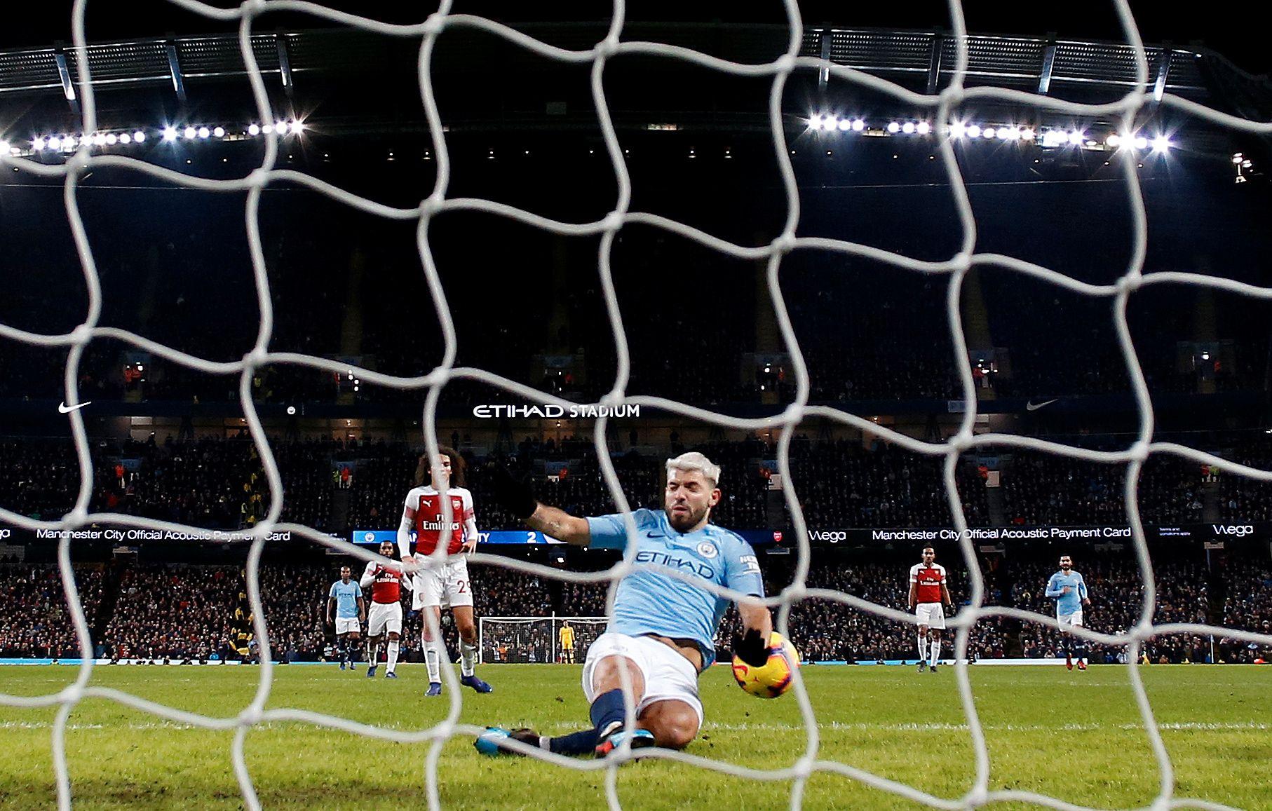 SITUASJONEN: Her ser det ut som ballen treffer Sergio Agüeros arm før den går i mål, men den treffer faktisk hoften til argentineren.