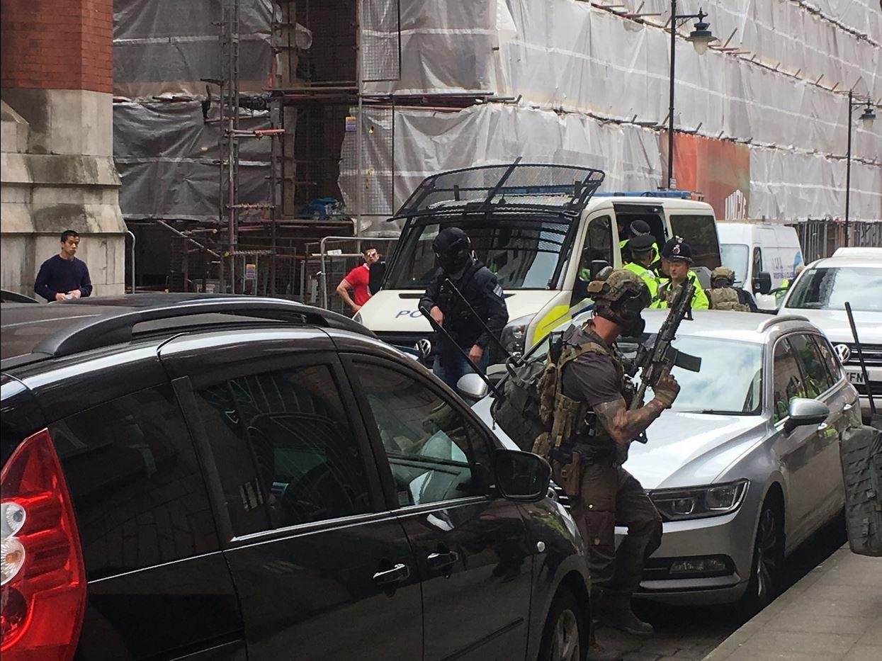 POLITIAKSJON: Her går politiet til aksjon mot leiligheten.