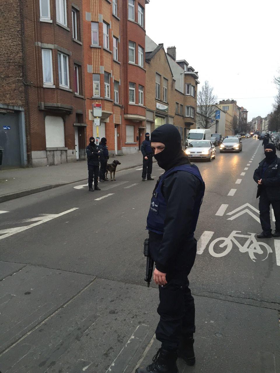 PÅ FLUKT: Abdeslam har vært på flukt siden terroraksjonen i Paris i november i fjor. Bilde fra Antiterroraksjonen i Belgia for kort tid siden.