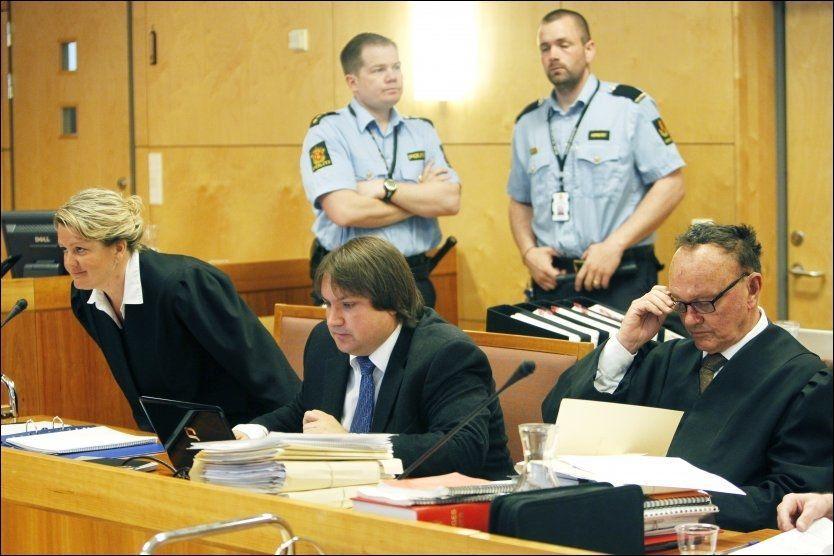 SPLID: Advokat Sverre Næss mener aktor Iris Storås snur bevisene i Alvdal-saken på hodet. I midten etterforskningsleder Sondre Halvorsen. Foto: Cornelius Poppe/Scanpix