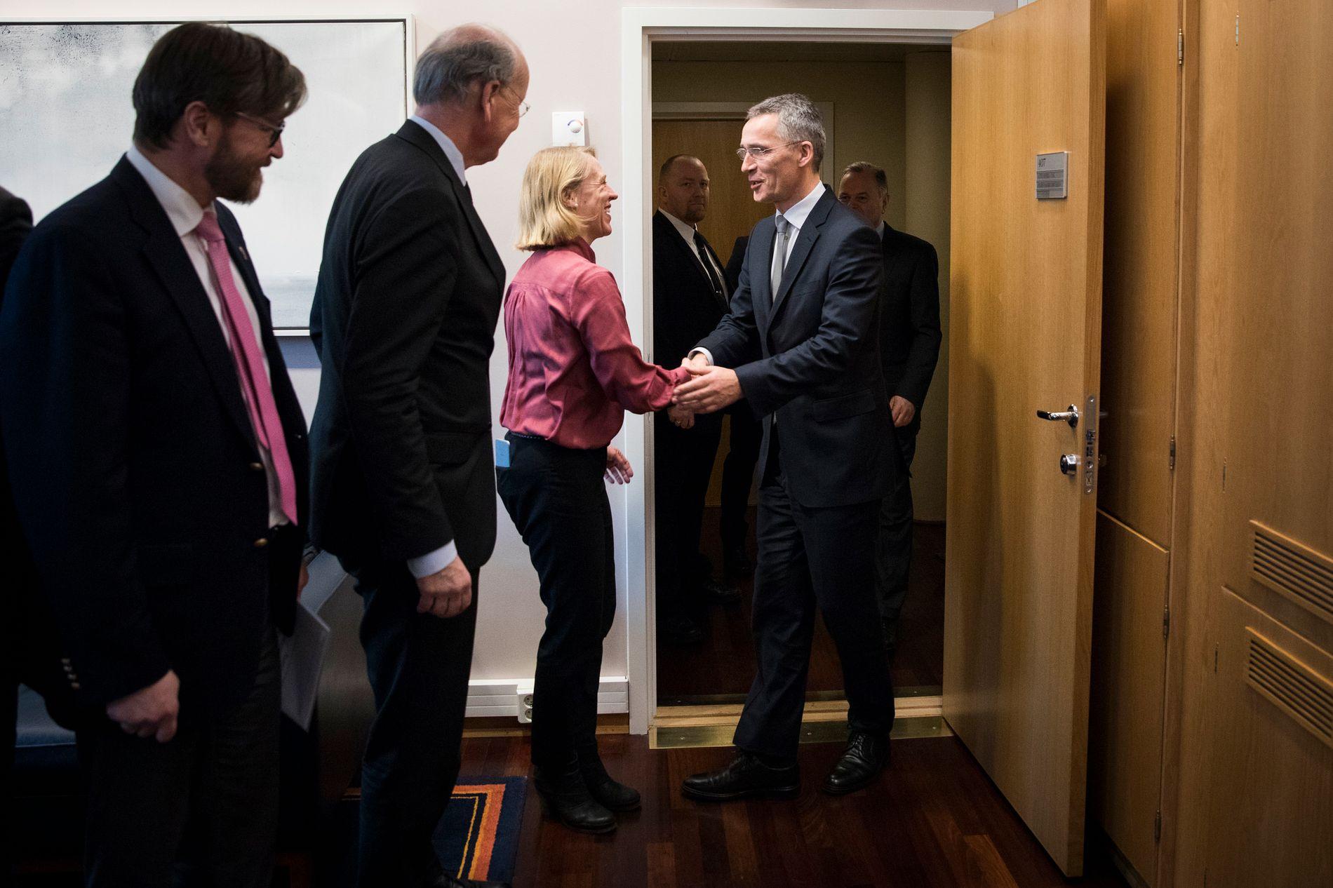 HJERTELIG HÅNDTRYKK: Anniken Huitfeldt tok imot Jens Stoltenberg da han var på offisielt besøk til Stortinget som Natos generalsekretær i februar i år. Til venstre for Huitfeldt står komitemedlemmene Christian Tybring-Gjedde (Frp) og Michael Tetzschner (H).