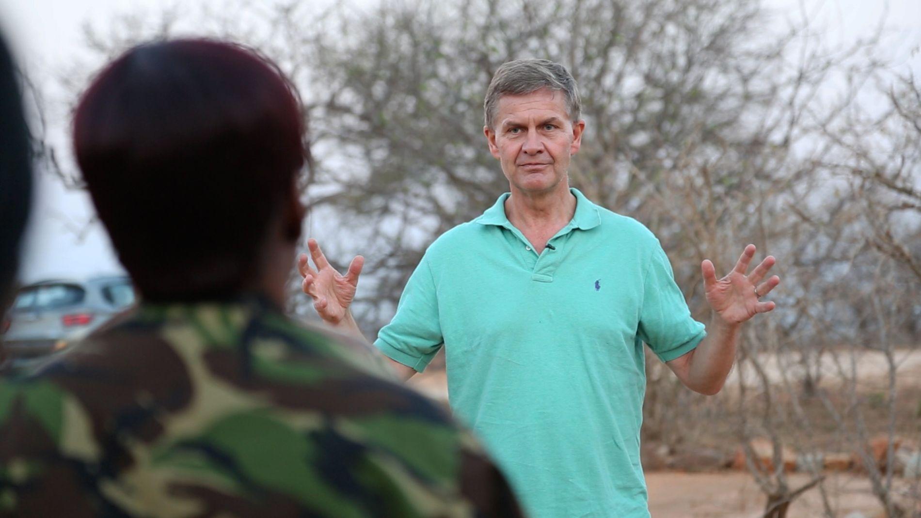 MILJØ OG SIKKERHET: FN-sjef Erik Solheim forteller at væpnede konflikter forsterkes av klimaendringer og miljøødeleggelser. Bildet er fra et møte med sikkerhetsstyrken Black Mamba som bekjemper snikskyting i Sør-Afrika.